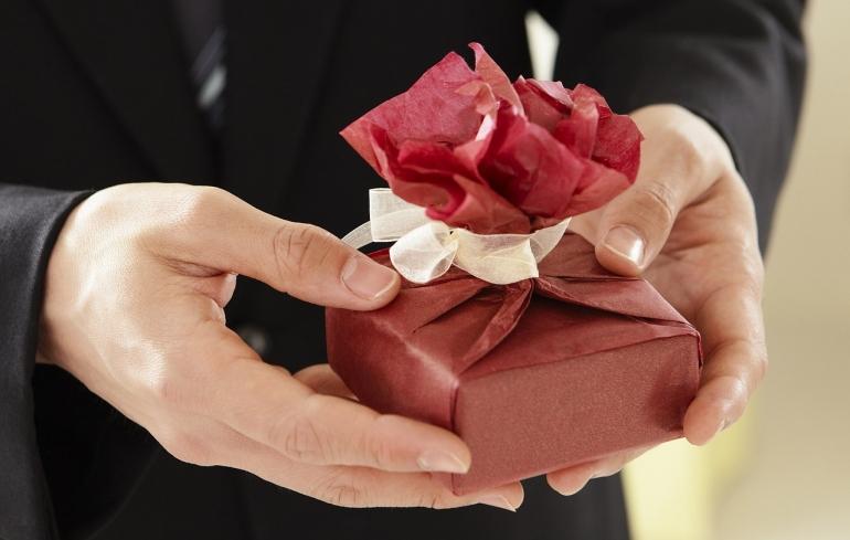 Jak ładnie zapakować prezent w papier